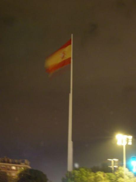 la bandera de España ondea en la Glorieta Olímpica de Sevilla el Día de la Constitución
